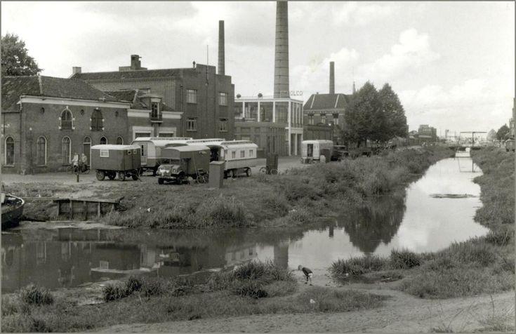 Met de komst van vrachtwagens werd het vervoer per schip veel minder.  En omdat de kade rond de havenkom niet meer in een goede staat verkeerde  heeft Almelo in 1952 besloten om de haven te dempen. Hieronder een laatste blik op de vervallen kade's.