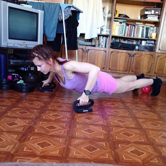 zepa7 #sibworkout4 Конкурс от @rusdudnik Отжимания мне делать очень нравится, я чувствую, как развиваются грудные мышцы и стабилизаторы плеча! Также укрепляются мышцы кора. Раньше я думала, что лучше делать жим лежа, но теперь мне кажется, что я незаслуженно обходила отжимания стороной))). Особенно для девушек отжимания даже с собственным весом способны дать потрясающий результат.