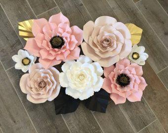 3 flores de papel! Cada flor es corte, esculpido y montado a mano. Todos prefieren es personalizado. Me avisas qué paleta de colores que buscas y yo podemos hacer que sucede. Nuestras flores de papel más grandes hacen un hermoso telón de fondo para cualquier habitación, fiesta o evento. Cada flor es corte, esculpido y montado a mano. Las combinaciones de color son infinitas. Flores tendrá una variedad de flores diferentes que varían en tamaño desde 6inches a 20 pulgadas. Cada flor será…