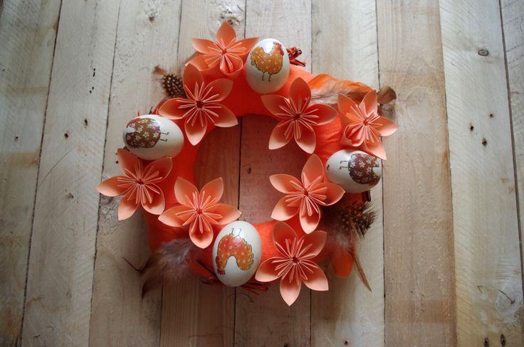 Oranžový velikonoční věnec - Tento velikonoční věnec jsme ozdobili skládanými květy z papíru a vajíčky, zkrášlenými technikou decoupage.  ( DIY, Hobby, Crafts, Homemade, Handmade, Creative, Ideas)