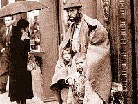 Escena de pobreza en la Gran Vía Madrileña. La posguerra española.