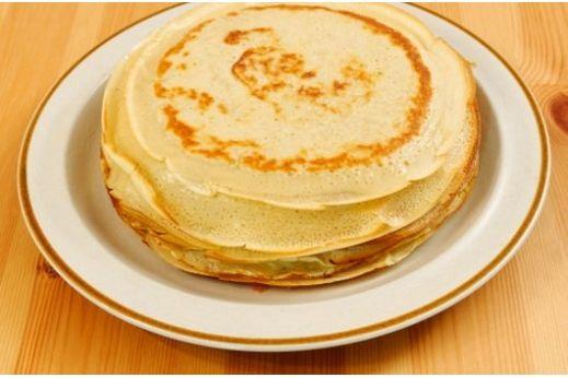 4 ст.л. сухого обезжиренного молока 1 яйцо 1 белок  Смешать все ингредиенты в маленькой миске. Не настаивать смесь слишком долго, чтоб не растворилось сухое молоко.  Нагреть сковороду. Если сковорода без антипригарного покрытия – капнуть на нее 2 капли масла и растереть бумажным полотенцем. Жарить как обычный блин по несколько секунд с каждой стороны.  По этому рецепту можно сделать 1 большой блин, или несколько маленьких.  По желанию, блин можно сделать сладким и начинить нежирным творогом…