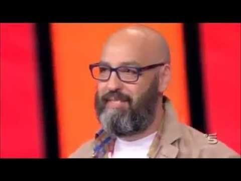 Il papà canta per la figlia morta, la commozione di Belen e Gerry Scotti - YouTube