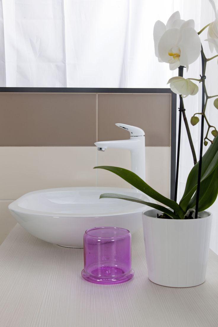 Feng Shui Koupelna.  Element dřeva a dřevo design hraje ve Feng Shui koupelně důležitou roli. Stejně tak protáhlé štíhlé tvary a odstíny zelené jsou vždy na místě.