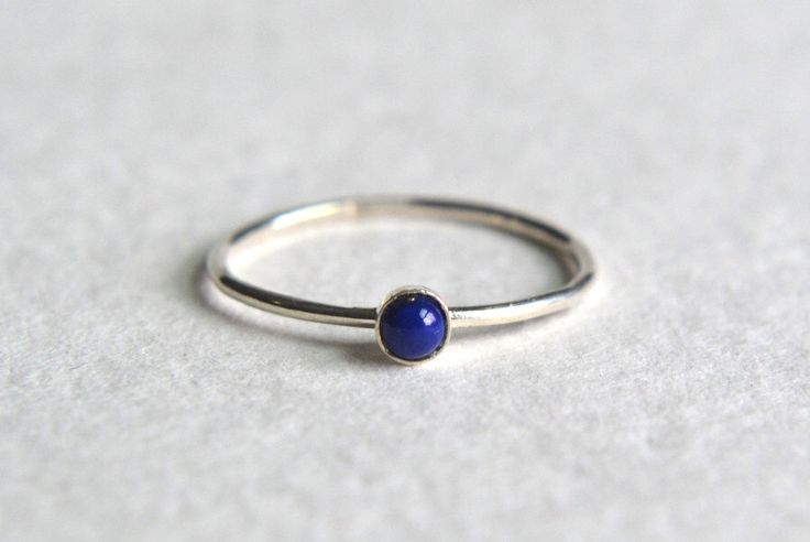 Een Sterling Zilver Lapis Lazuli Ring, stapelen sierlijke Ring, stapelbare Ring, Ring, enkelvoudige Ring door Fondeur op Etsy https://www.etsy.com/nl/listing/241957465/een-sterling-zilver-lapis-lazuli-ring