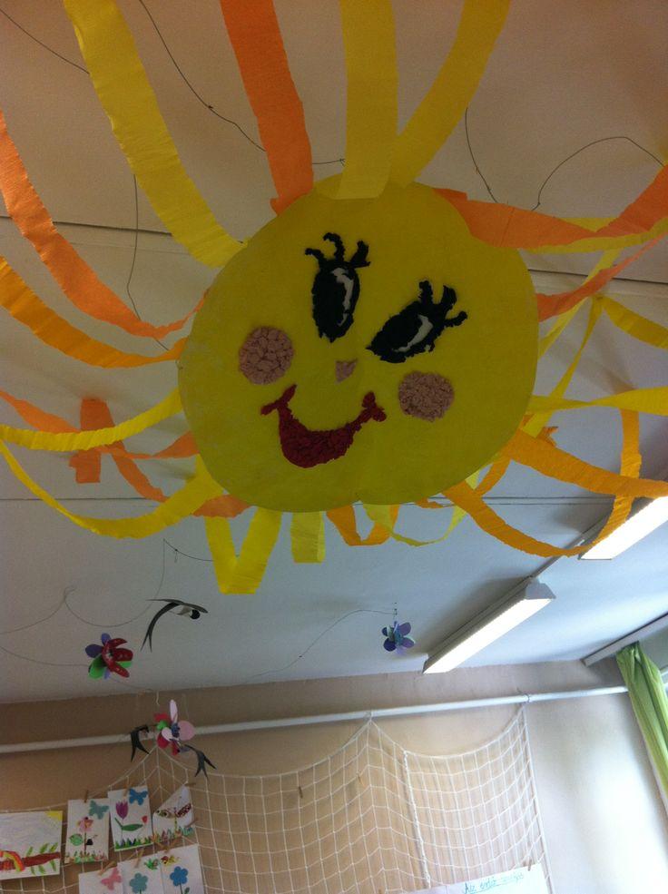 A napocskát a gyerekek készítették-szája, szeme apró krepp papír golyócskákból van