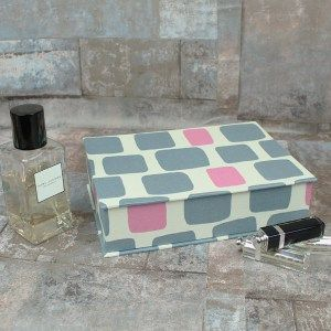 grau-pink-gemusterter-schminkkasten