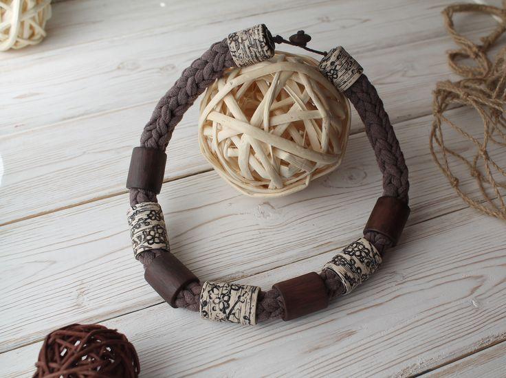 Колье в этническом стиле с имитацией дерева и слоновой кости