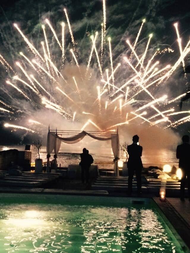 Uno dei momenti più emozionanti di un matrimonio in spiaggia a Napoli è quello dello spettacolo pirotecnico sul mare.