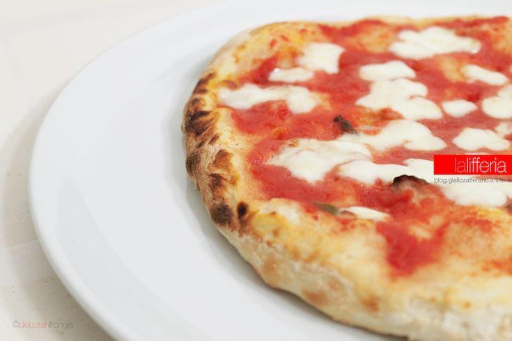 La pizza tonda con pietra refrattaria è velocissima da preparare ed è a prova di principiante. La pietra valorizza la pizza, ma non è indispensabile.