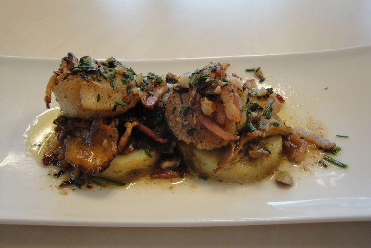 Sint-Jacobsvruchten met aardappelen, paddestoelen en Breydelspek  Recept: http://www.breydel.be/nl/koken-met-breydel/recepten/sint-jacobsvruchten-met-aardappelen-paddestoelen-en-breydelspekjes