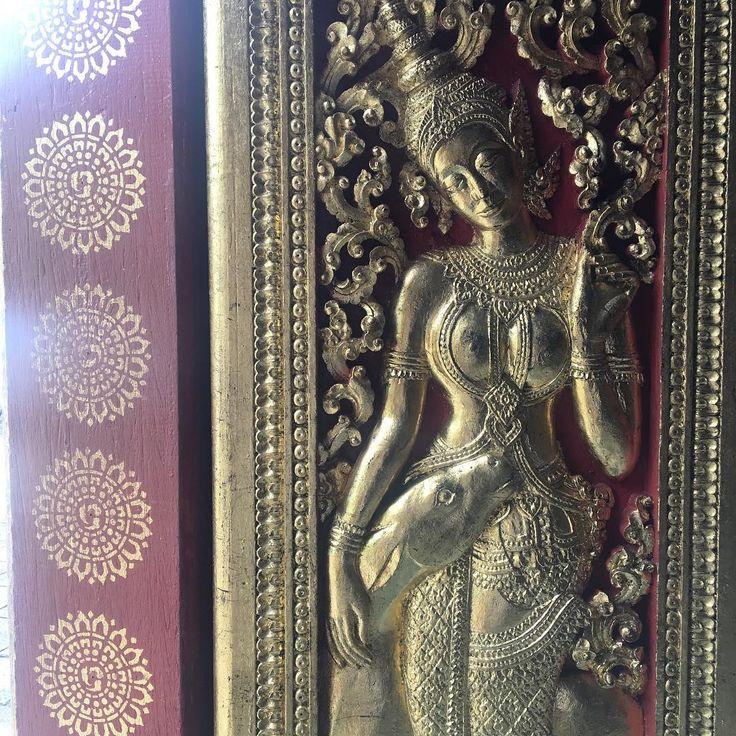 いいね!70件、コメント4件 ― Natsuko Nakaeさん(@natsukonakae)のInstagramアカウント: 「She is staying there for a long time. Visiting the Wat Xiengthong, since 1560.…」