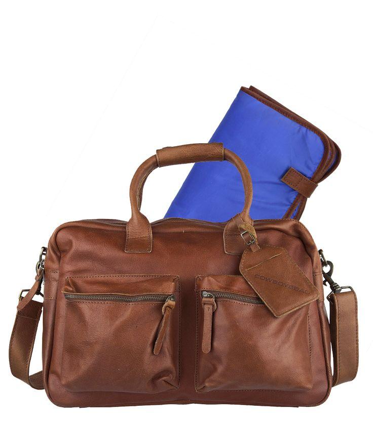 De bestseller van Cowboysbag is nu uitgevoerd als luiertas met verschoningsmatje. Deze praktische tas is gemaakt van leer en heeft een vuil afstotende binnenkant. De tas heeft ontelbaar veel vakjes voor flessen, spenen, luiers etc. In de tas zit een zacht, met leer afgewerkt, verschoningsmatje.