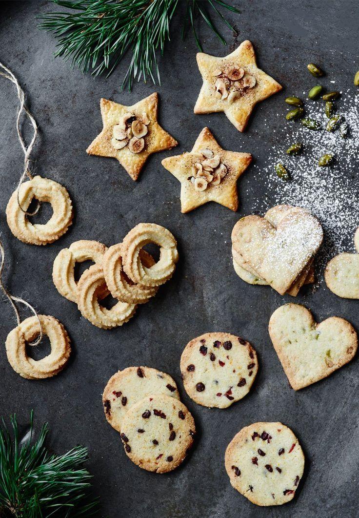 Nemmere bliver det ikke! Få opskriften på 1 dej og 4 forskellige og lækre småkager herunder vaniljekranse, jødekager, citronhjerter og specier.
