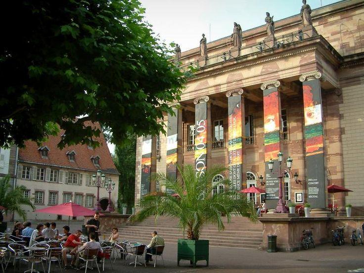 Strasbourg: Place avec terrasse de café ombragée par un arbre, palmier, maison et théâtre (opéra) - France-Voyage.com