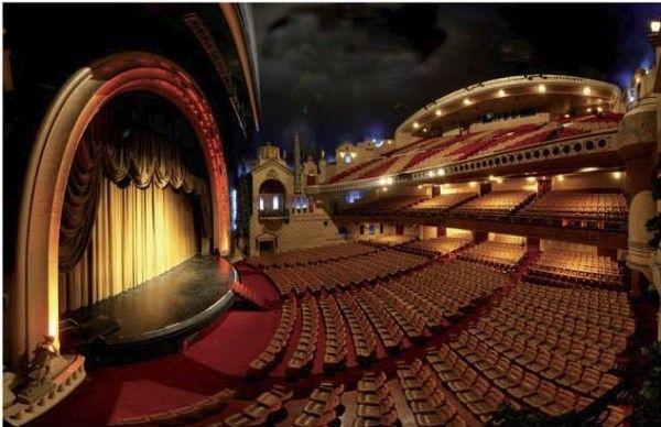 Le Grand Rex, les coulisses Eh oui, les coulisses du plus grand cinéma d'Europe sont ouverts au public ! Visitez ce monument historique et revivez plusieurs décennies de cinéma, de la salle de projection aux salles de bruitages. www.versionvoyages.fr