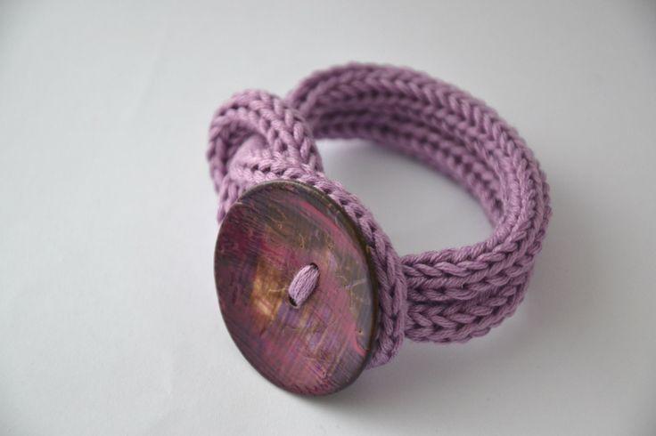 Bracciale polsiera ad uncinetto colore glicine con bottone in cocco  , crochet cotton bracelet lilac with coconut button , wrist bracelet di MariluCrochet su Etsy