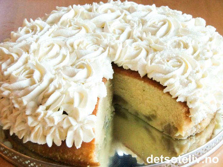 Nydelig høstkake som er veldig lett å lage! Kaken har mild smak av sitron og pærer som kokes møre i sukkerlake. Kaken blir ekstra lekker med sprøytet krem på toppen, men er også veldig god uten.