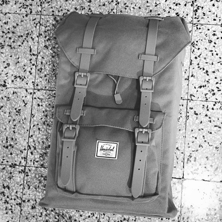 @herschelsupply #littleamerica mid volume in #viacavour8 #sanremo in nuovi colori #nuovacollezione #zaini #backtoschool #herschel #backpack #welltravelled #sacados #fallwinter