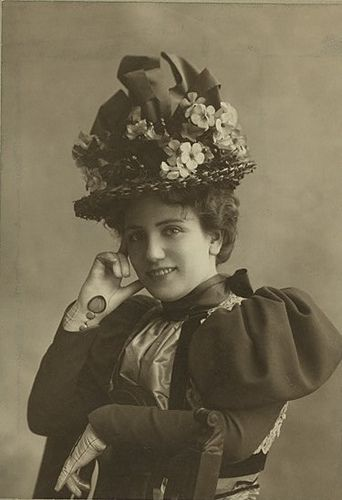 Edwardian portrait of stage actress Kathleen Warner. Beautiful hat and dress details (especially the sleeves)