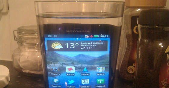 Ist dein Smartphone oder Tablet nass geworden? Hier findest du die wichtigsten Schritte um es schnell zu retten