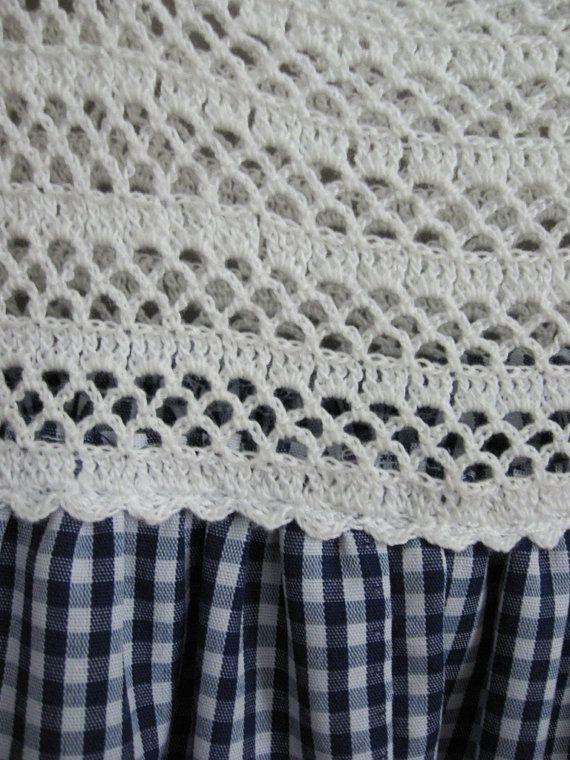 Vestido de vintage de 1970 la moña azul y blanco, con blusa de ganchillo blanco. Dos pequeños botones de crema plástico acentúan cada hombro (puede ser quitado para dar un poco más largo a las correas). La moña es una mezcla de poli, arruga resistente y durable. El dobladillo de la falda está adornado con encaje de ganchillo. Perfecto para un día brillante de verano.  Pecho - 25 Longitud - 24 Aproximado tamaño infantil 3-5  Etiqueta - ninguno  En excelente estado vintage con no fallas a la…