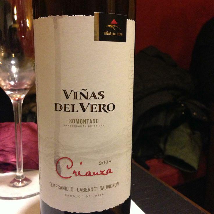 Viñas del Vero en Barcelona.  Excelente Vino, combina un intenso color rojo picota con los reflejos violetas propios de su incipiente juventud. En nariz es complejo y equilibrado destacando los aromas a frutas rojas y sotobosque con elegantes notas a vainilla que nos recuerdan su brev  http://www.onfan.com/es/especialidades/barcelona/onofre-vinos-y-viandas/vinas-del-vero?utm_source=pinterest&utm_medium=web&utm_campaign=referal