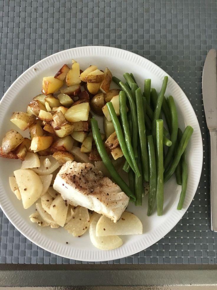 Gesmoorde kabeljauwfilet met aardappelen en boontjes.