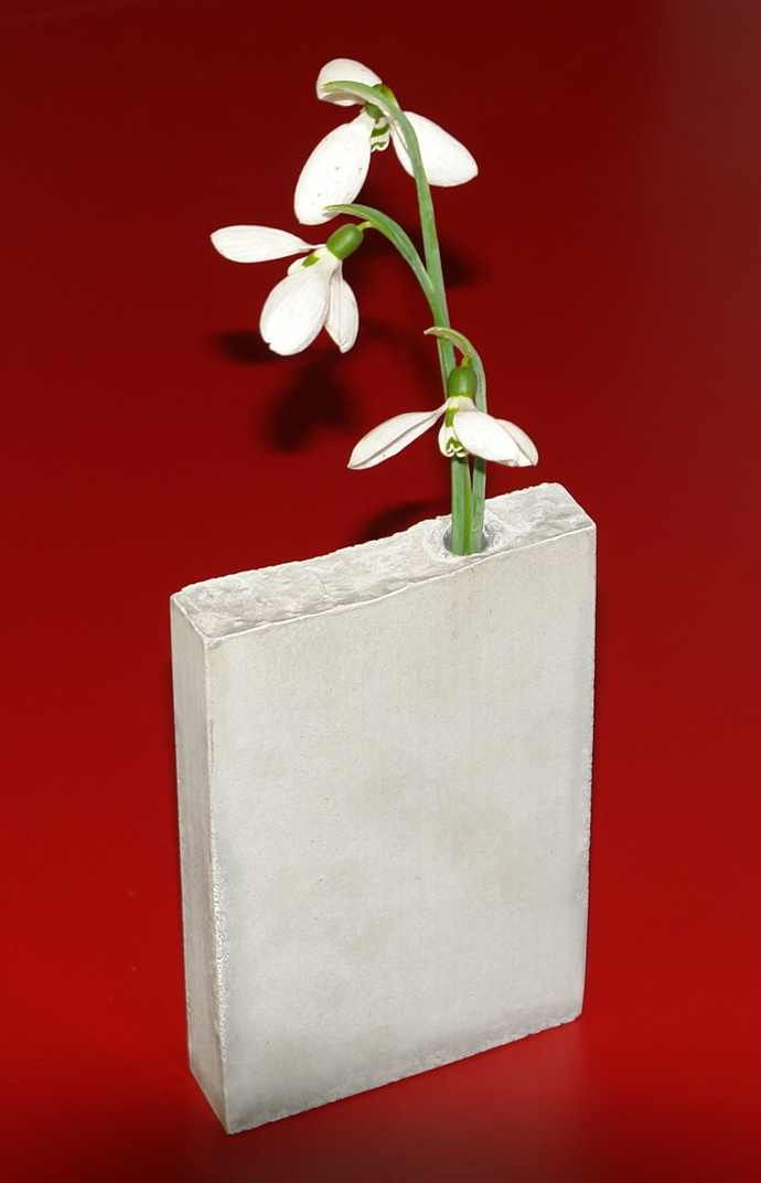 minimalist vase made of concrete - By PIC