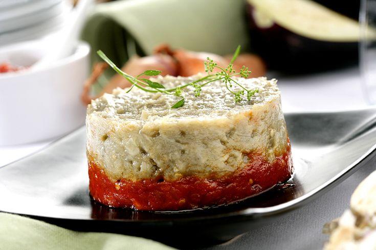 Existen tantas recetas de caviar de berenjena como explicaciones de por qué se llama así a este plato. La más conocida es que se denomina de esta forma ya que, al cortar las berenjenas, vemos sus semillas en el interior, que se parecen en color y forma al caviar de esturión. Junto a esta explicación … Continue reading Caviar de berenjenas con chutney de tomate »