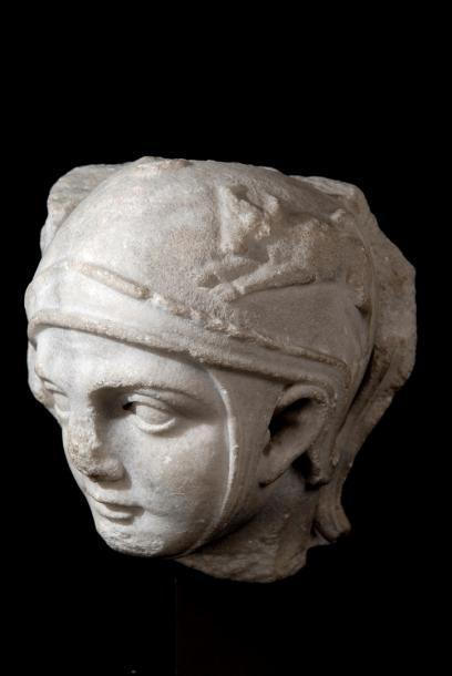Tête de centurion ou légionnaire romain provenant d'un sarcophage en marbre sculpté en demi ronde-bosse. Le casque orné d'un taureau rappelle le culte de Mithra. Travail antique, Ier-IIe siècle après… - Prunier (Jean Emmanuel Prunier) - 24/09/2017