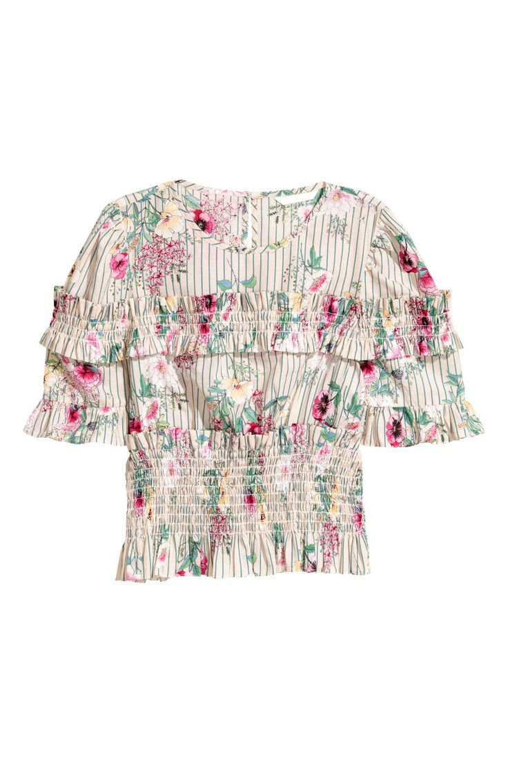 Light beige/Floral. Shorter blouse in a patterned cotton weave with frill-trimmed smocking at the top and hem and short, frill-trimmed puff sleeves. Opening