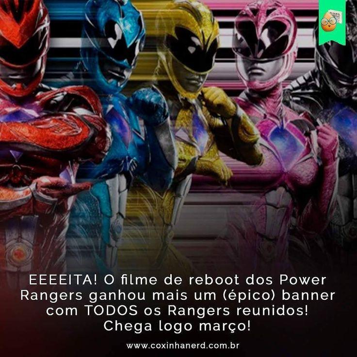 #CoxinhaNews #TimelineAcessível EEEEITA! O filme de reboot dos Power Rangers ganhou mais um (épico) banner com TODOS os Rangers reunidos! Chega logo março!