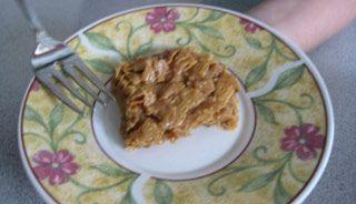 Recette Barres croquantes au beurre d'arachide - Recettes du Québec : 1 t. beurre de peanut, 1/2 t. sirop de maïs(sirop d'érable ?), 1/2 t. cassonade, 2 t. de flocons de maïs (corn flakes ou autres) et 1 t. de Rice Krispies.