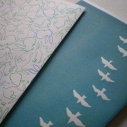 文庫サイズの紙のブックカバーです。「渡り鳥」と「うさぎひゃっぴき」「アリの行進」の柄から、2枚お選びください。材質:ハトロン紙(オモテがツルツルしていて、ウラがざらざらしている紙です)に孔版印刷。レトロ印刷さんを利用しております。※パラフィン紙つきです。
