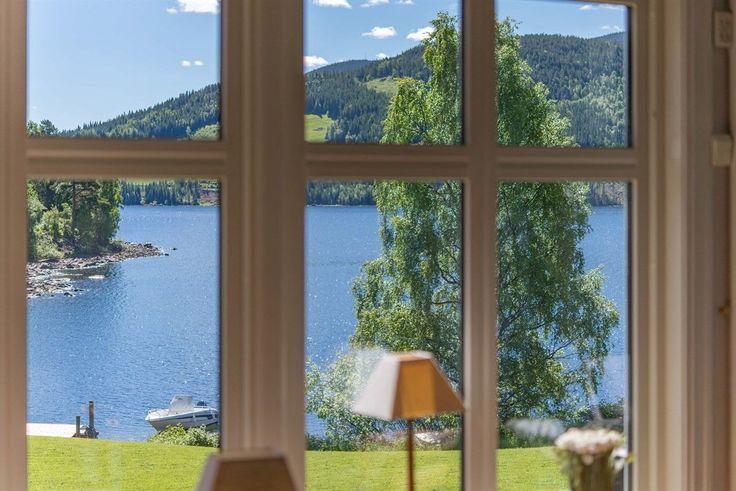 (1) FINN – Fagernes - Unik strandeiendom med fantastisk beliggenhet. Usjenert og samtidig nær sentrum, med egen brygge, naust og med nydelig utsikt utover fjorden. En meget innholdsrik villa med egen leilighet.