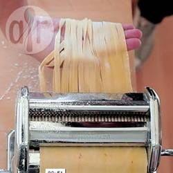 Heb je ergens nog een pastamachine in je kastjes staan die staat te verstoffen? Nu heb je een goede reden om 'em te gebruiken! Maak met dit recept zelf verse tagliatelle pasta, of maak dunnere tagliolini. Leuk voor een gezellige middag in de keuken!