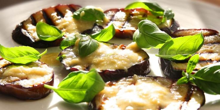OPPSKRIFTER MED AUBERGIN / RECIPE WITH FRIED AUBERGINE, FRESH BASIL LEAVES AND A STUPENDOUS GARLIC DRESSING