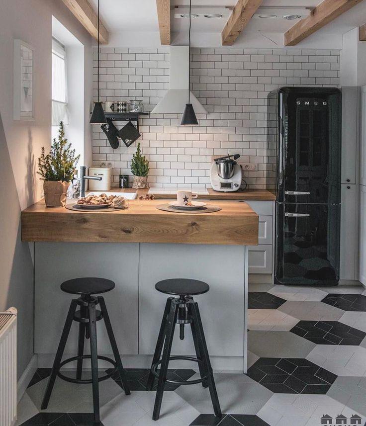 Cozinha para inspirar a noite {} A Madeira utilizada na bancada e nas vigas quebrou o preto e branco e criou um contraste lindo Inspiração via @shokodesign