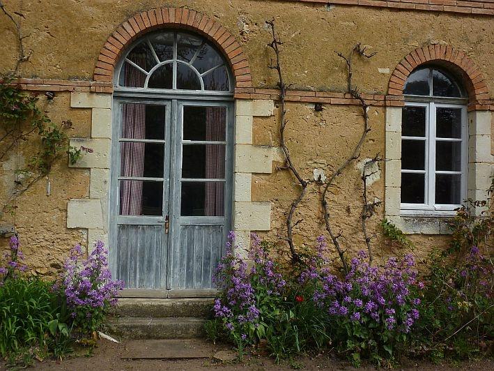 Les #fleurs devant notre #gite l'Orangerie ! #chateau #Chambiers #LoireValley #anjou  http://www.chateauchambiers.com/gite/cottage-gite-orangerie-tours-le-mans/