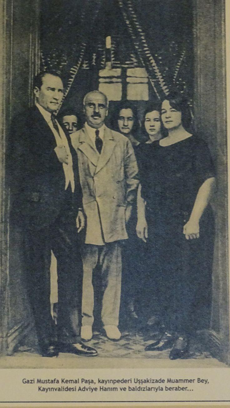 Gazi Mustafa Kemal Paşa, kayınpederi Uşşakizade Muammer Bey, Kayınvalidesi Adviye Hanım ve baldızlarıyla beraber...