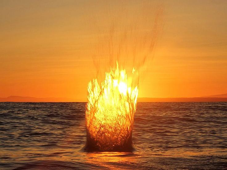 Fotografia di Rob Leslie - Il lancio di una pietra nell'Oceano Pacifico, durante un tramonto invernale a White Rock, Columbia Britannica.