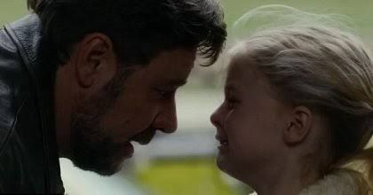 Niña llorando frente a su padre