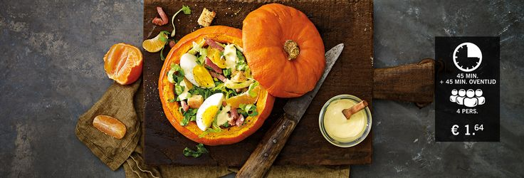 Gevulde herfstpompoen met salade van witlof, mandarijn, noten, spekjes, ei en rauwe andijvie