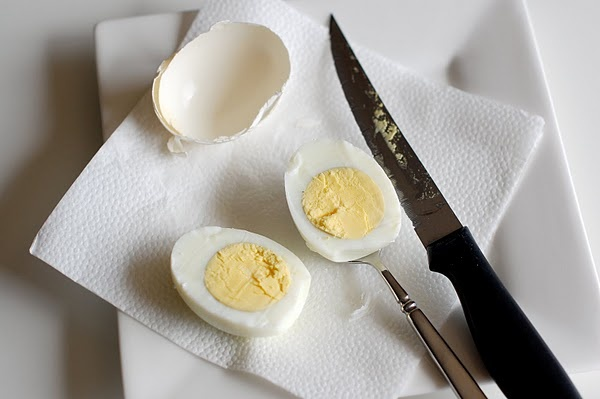 Don't peel the egg- just cut through and get it out with a spoon.  Will try ASAP.Peel Eggs, Eggs Recipe, Spoons, Food, Hardboiled, Cooking, Deviled Eggs, Baking Soda, Hard Boiled Eggs