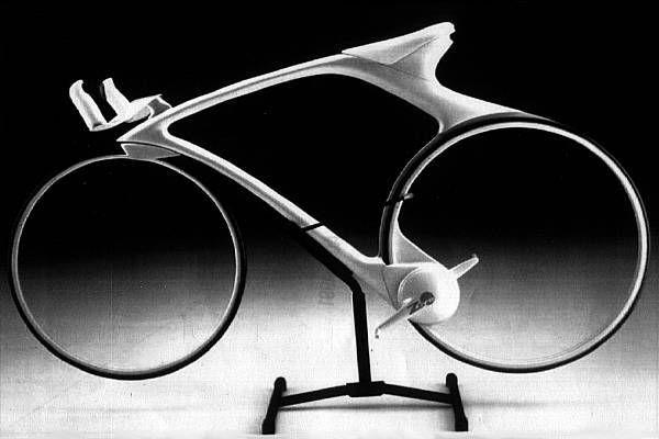 """No Sense of Reason: My Bicycle """"A minha bicicleta não é como esta, bem, a cor é similar, mas de resto, é diferente. Por exemplo, tem a praticabilidade de se poder andar, já que esta aqui nada mais é do que uma mera obra de arte"""""""