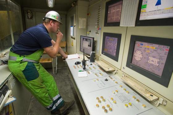 Januar 2008: Carlo Zgraggen in der Zentrale der Neat-Tunnelbohrmaschine. Er bringt die Maschine zum Laufen.