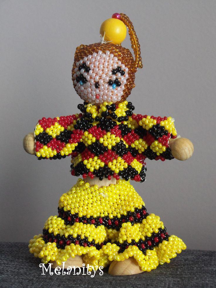 Arlequine, réalisée en tissage peyotte, du livre Personnages en perles de Murielle Bonnelles