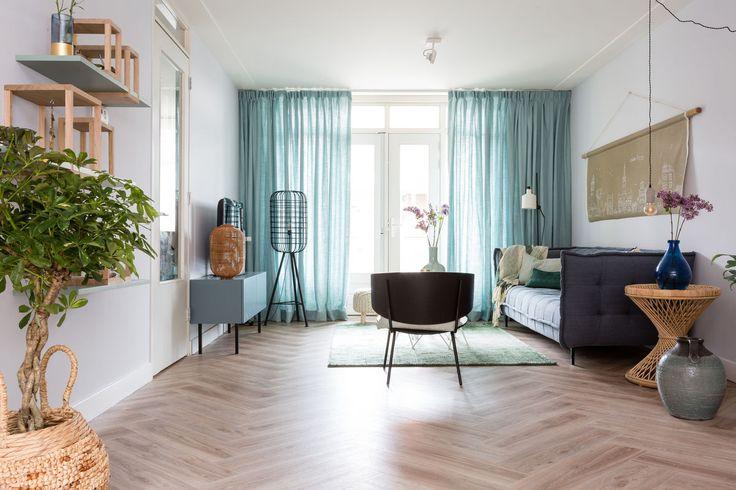 Fijne plek hebben Laila en Sander nu, rechts op de muur onze kleur Ultra, het tv meubel is in de kleur Uitdrukking gelakt.