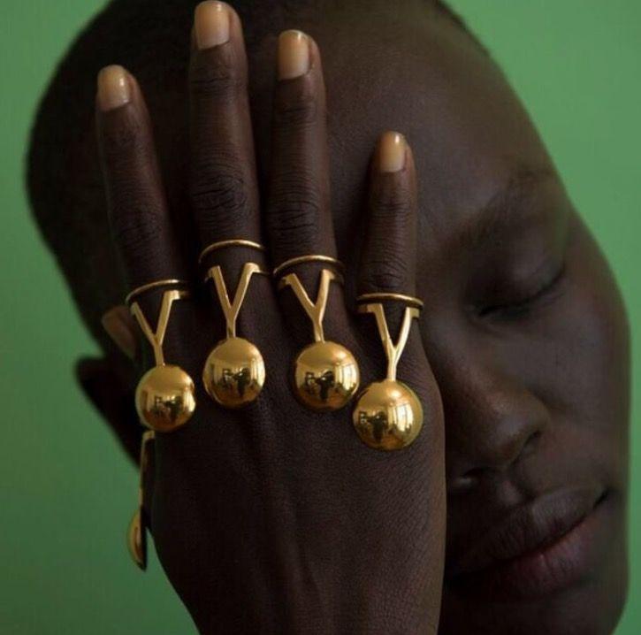 Paula Mendoza rings.